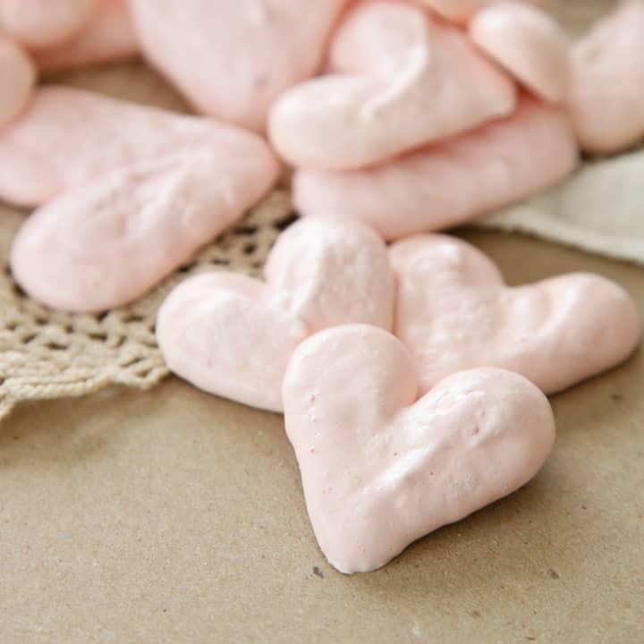 Pink heart meringues bites